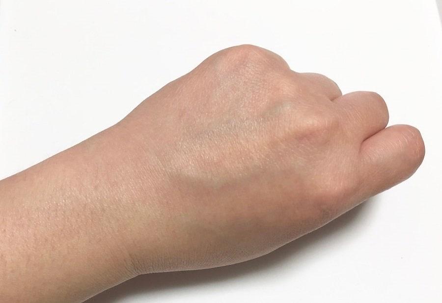 塗った後の手。白浮せず粉っぽくもない