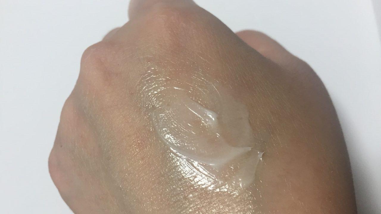 リフティングクリームを肌にのばした様子。